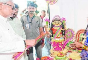 Chief Minister honors Madhubani Artists